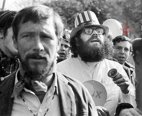 Gary Snyder em primeiro plano, ao fundo: Allen Ginsberg